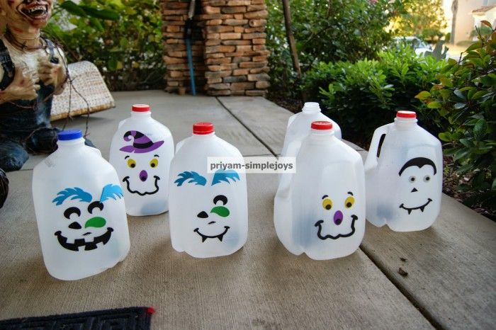 Leuke lampjes voor Halloween om buiten in de tuin te zetten. En dat gewoon van plastic melkflessen.