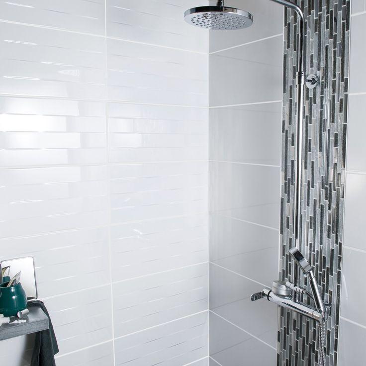 Un carrelage rectangulaire gris clair avec un liser de - Carrelage rectangulaire salle de bain ...
