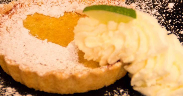 God efterrättspaj med syrlig lime- och citronfyllning. Serveras med skivad lime och vispad grädde.Dryckestips: Dessertvin Nivole