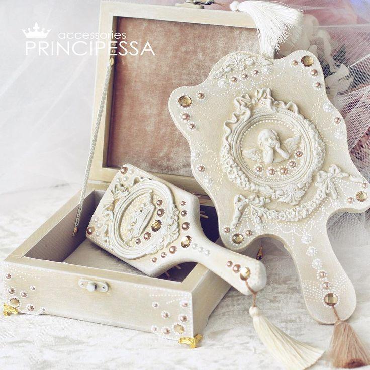 Подарочный набор для девочки, девушки, для невесты на утренние сборы.  В набор входит:  зеркальце, расческа и шкатулка для украшений и мелочей.  Размер шкатулки 18*18*7см. Набор украшен лепниной ручной работы.  #хобби #детскиенаборы #детскийнабор #декупаж #ручнаяработа #подарок #хендмейд #шкатулка #handmade #шебби #шеббишик #ваннаякомната #декор #дизайн #гипс #лепнина #зеркальце #расческа #шкатулкадляукрашений #свадебныеаксессуары #weddingaccessories #лепнина #декор #роспись #точечнаяроспись…
