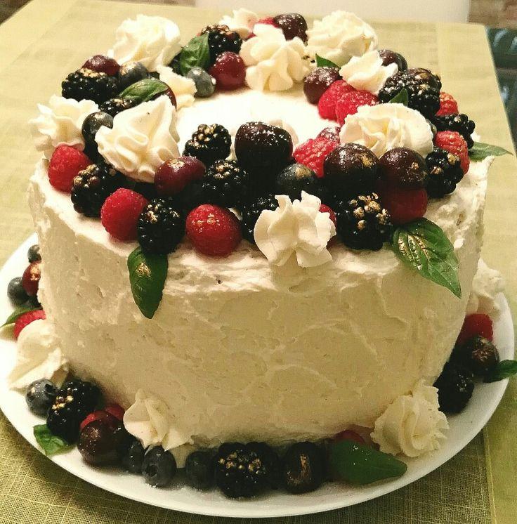 Layer Cake de Lima con coulis de frutos rojos y crema de nata y mascarpone.
