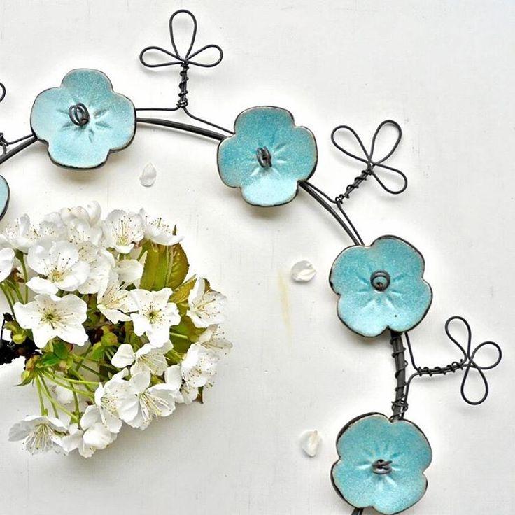 Les couronnes sont dans la boutique en ligne. www.argilebarbotine. bigcartel. Com ou lien via le site dans la bio. #couronnedefleurs  #couronne  #céramique  #bleu #handmade #fildefer