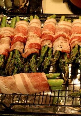 Easy Bacon Wrapped Asparagus! This is a great side dish but I would replace regular bacon with turkey bacon for an even healthier recipe! | frisky lemon