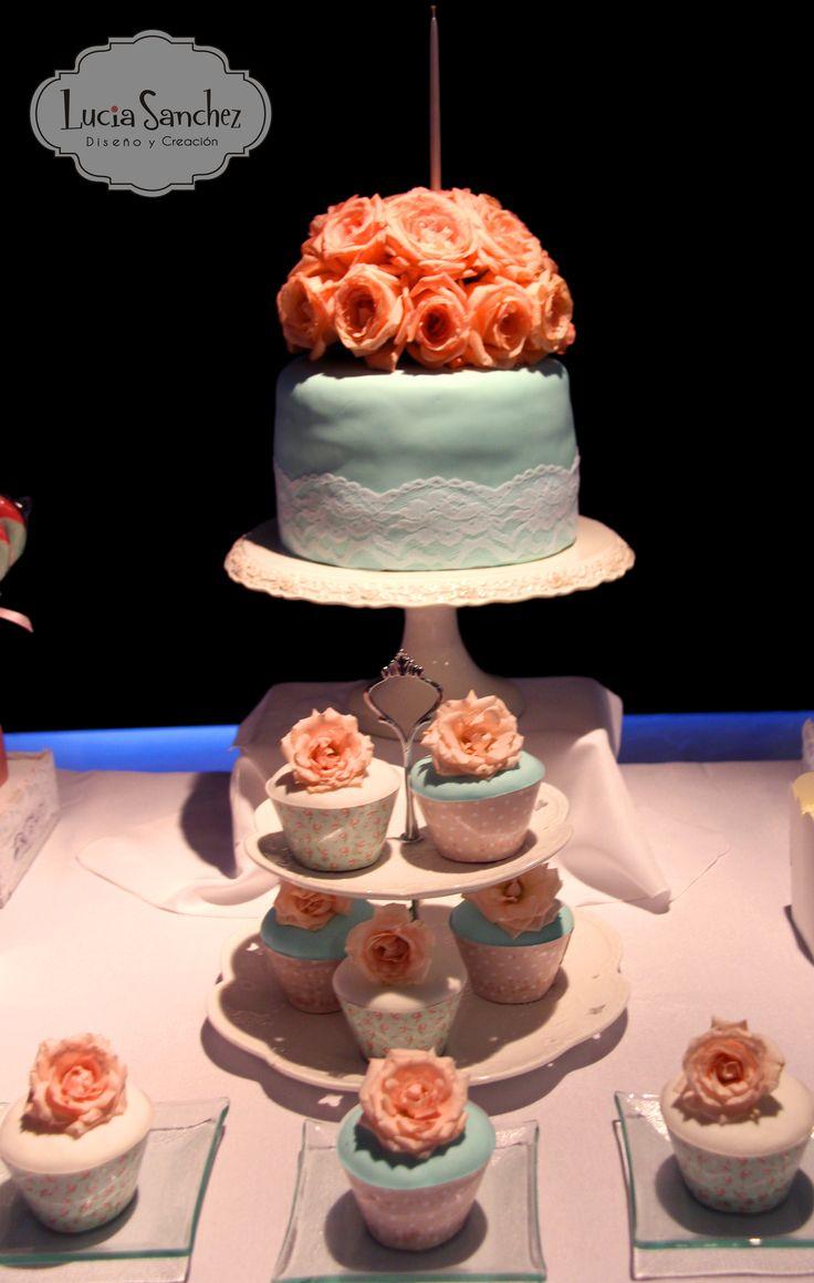Torta de Bautismo. Rosa Titanic para la Torta y Rosas Spray para los cupcakes.