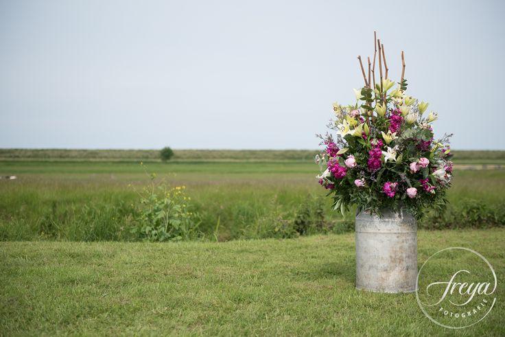 Ik ben helemaal verliefd op dit bloemstuk. In een melkbus, gemaakt door Ansje Priem bloemen. http://www.trouwfotografiefreya.nl/klanten/knusse-bruiloft-opgevouwen-fiat-500