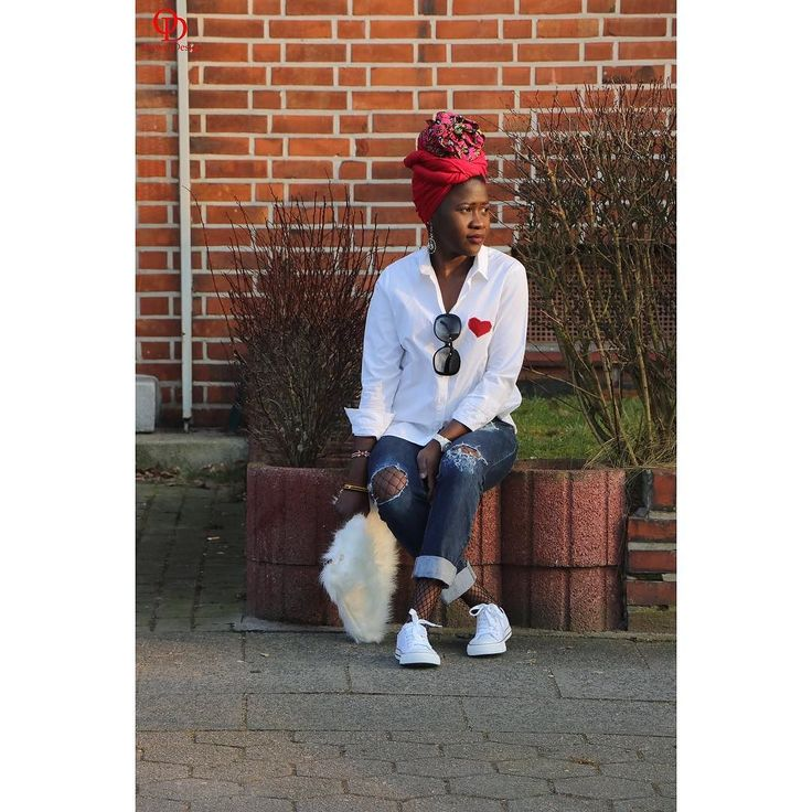 Chilled out weekend outfit. Details on the blog. #oriwodesign #hamburg #slowfashion #headwrap #africanblogger #blogger_de #ankaraheadwrap #turban #turbanista #converse #boyfriendjeans #distressedjeans #weekendoutfit #outfitpost #outfitinspiration #casual #fauxfur #furclutch #heartpatch #commedesgarcons #valentinesday #valentinesoutfit #diy