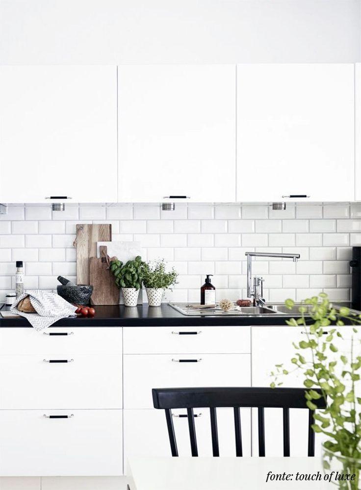 A cozinha é o coração de uma casa. Não sei quem disseisso, mas estava super certo. Eu sou de família descendente de italianos e na casa dos meus pais a cozinha é a parte mais importante da casa. Agora com a compra da nossa casa nova, estamos priorizando o projeto da cozinha para podermos mudar o quanto antes. Como já contamos pra vocês nesse post sobre design escandinavo, eu e o Dudi estamos bem pilhados nesse estilo de decoração e como a nossa sala e cozinha serão integradas, pensamos em…