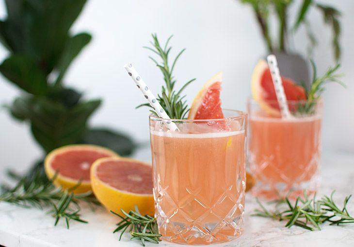 Her får du en skøn opskrift på en lækker og smuk cocktail med pink grape og gin - rosmarinsirup sætter prikken over i´et - få opskriften her