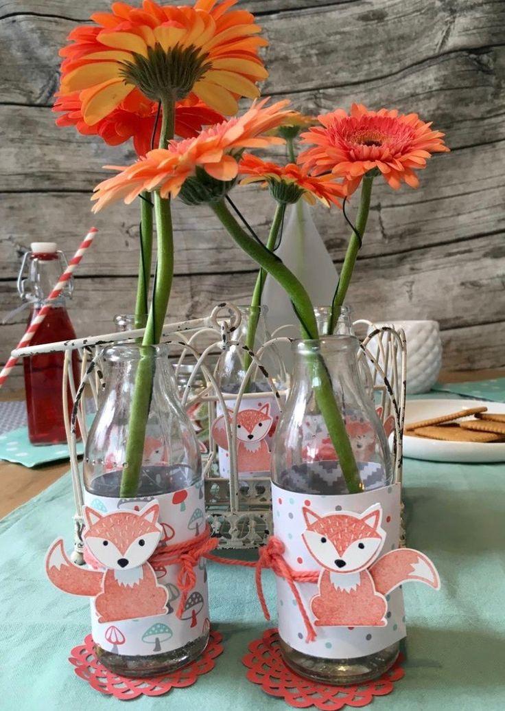 Wat kun je je tafel toch leuk decoreren! Hier met verleidelijke vosjes. Stap-voor-stap: verleidelijke tafeldecoratie - de vos op de uitnodigingskaart begroet de gasten ook op het feest. #feest #uitnodigingskaart #vos #vossen #DIY #bloemen #bloem #knutselen #papier #stansen #pons #ponsen #stempels #stempelset #creatief #fox #vaasjes #fles #deco #creatief #decoratie