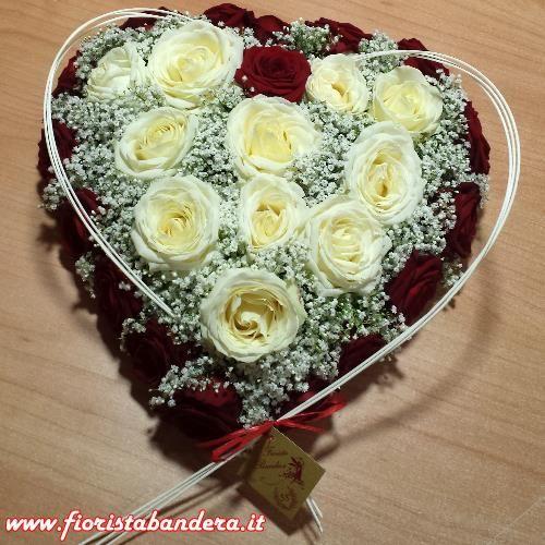 Composizione a cuore con rose rosse e bianche per San Valentino.