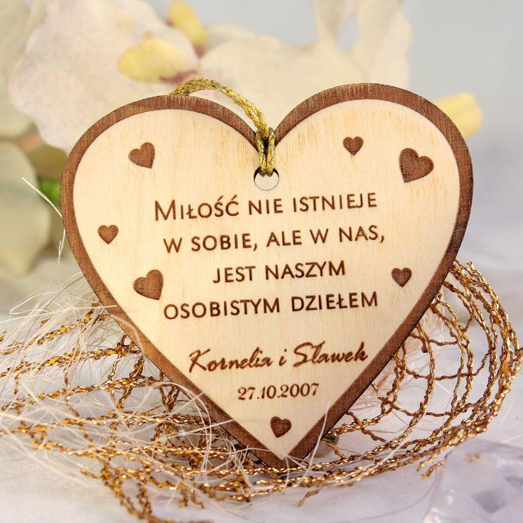 Niepowtarzalne weselne breloki wykonane z drewna w kształcie serca z wierszem.  To wyjątkowa pamiątka, która sprawi że goście długo będa wspominać Państwa wesele.