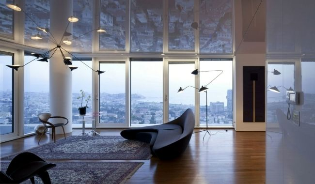 Mirrored ceiling in a penthouse apartment - walls visually increase