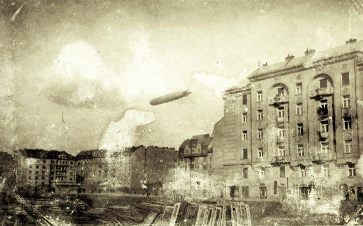 a Tátra utca házai a Hollán Ernő utca - Radnóti Miklós (Sziget) utca sarokról nézve. Balra a Pannónia utca és Csanády utca házai. A házak felett Graf Zeppelin léghajó. A felvétel 1931. március 29-én készült.