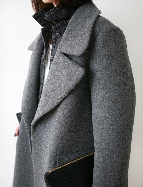 Pardessus gris + veste en jean noir délavé + pochette noire = le bon mix