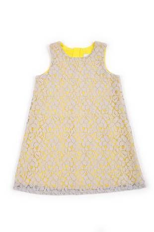 Vestido para niña de encaje gris, sobre forro de fondo color amarillo.
