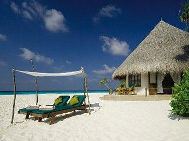 Vous ne trouverez ni voiture ni pollution ; rien que le vent léger qui agite les palmes des cocotiers au-dessus de votre hamac, des lagons turquoises, de magnifiques plages de sable blanc, des fonds marins exceptionnels