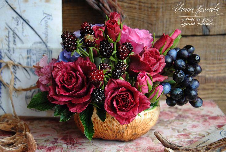 Друзья, объявляю аукцион на интерьерный букет ручной работы. В составе композиции розы с листьями, гортензия, ежевика, виноград и эхеверия. Все детали выполнены из японского и тайского холодного фарфора, окрашены масляными красками и закреплены в авторской керамической пиале от Woolcane. <br>Диам..