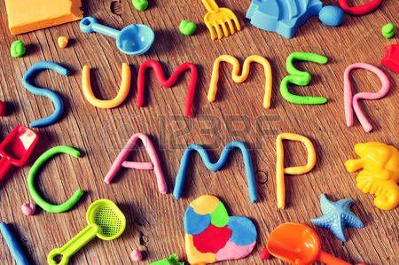 zomer+vakantie%3A+de+tekst+zomerkamp+gemaakt+van+klei+van+verschillende+kleuren+en+een+aantal+strand+speelgoed%2C+zoals+speelgoed+shov…