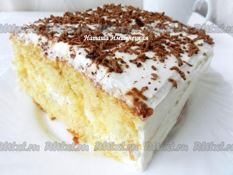 Обмазать торт творожным кремом со всех сторон. Сверху бисквитный торт украсить натертым на терке шоколадом.