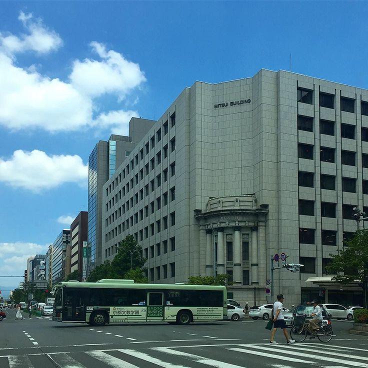 Сегодня в Киото снова жарко. На дорогах все больше пробок - начинаются каникулы О-Бон все куда-то едут... #выходные #обон #Киото #Япония #август #жара #лето #втени #летолето #перекресток