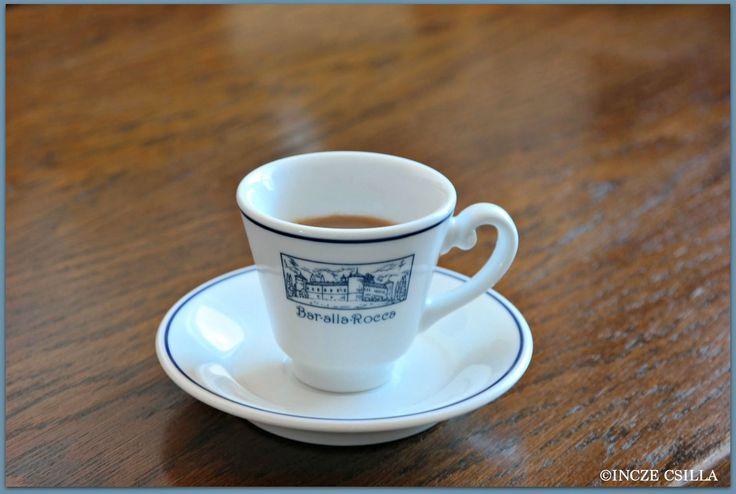 Tele van a konyhaszekrény csészékkel. Minden csészének megvan a saját története. Összegyűjtöm őket. Hogy miért kávéscsészékről írok? Mert kötődöm a kávéhoz, az illatához, és sok élményt köszönhetek neki – a DXN egészséges kávéi miatt, akár Olaszország miatt, vagy az emberek miatt, akiket a kávé miatt ismertem meg.