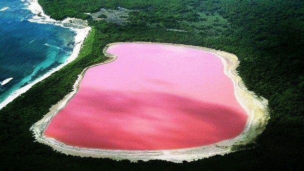 """Озеро Ретба, Сенегал.   Оно расположено в 30 километрах к северо-востоку от Дакара. Ретба переводится как """"розовое озеро"""", оно примечательно большим содержанием солей в воде(до 40%) и розовым цветом. Подобная окраска озера вызвана большим количеством цианобактерий. Так же как и Чёрное море, Ретба обладает высокой плотностью, позволяющей людям держаться на поверхности воды. Еще одной уникальной особенностью озера является наличие приспособившихся к такому проценту содержания солей в воде рыб."""