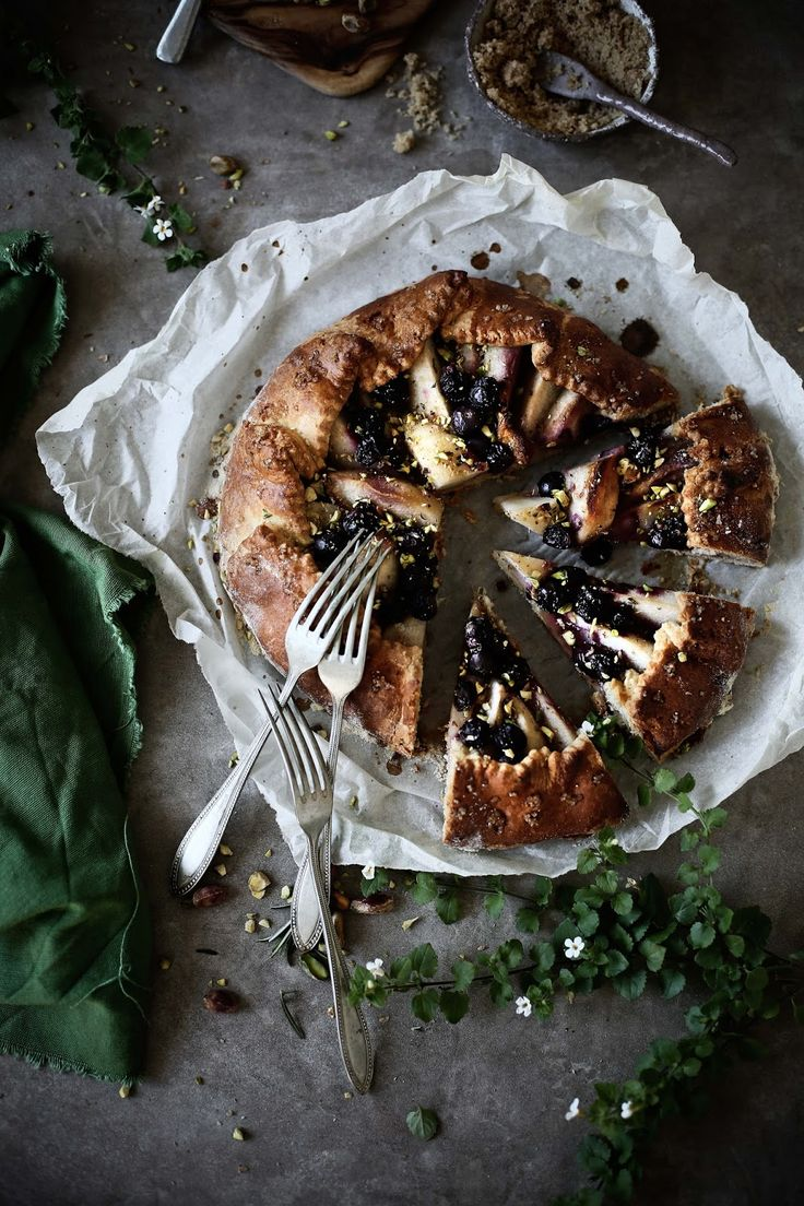 Pear, blueberry and rosemary galette - Pratos e Travessas | Food, photography and stories