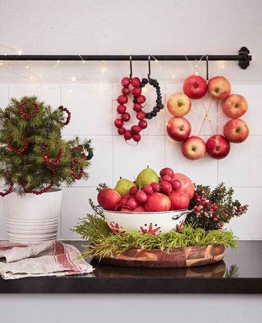 Kuchynská pracovná doska s ovocnými a kvetinovými aranžmánmi.