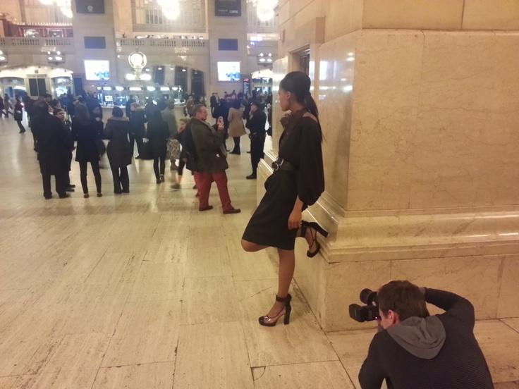 Modelka wśród pasażerów na Grand Central Terminal