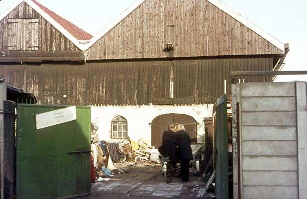 1975. Tuinstraat. Firma Haas, ijzer- & lompenhandel. Voorheen huidenpakhuizen van Meyers.