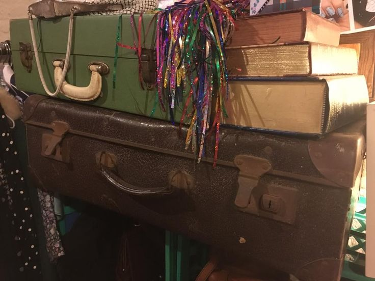 PROPS - SUITCASES - BOOKS