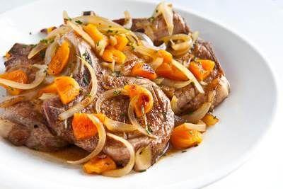 Тушеная свинина с курагой и картофелем
