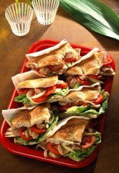 Gefülltes Fladenbrot mit Thunfisch, Zwiebeln und Tomaten (360 kcal)