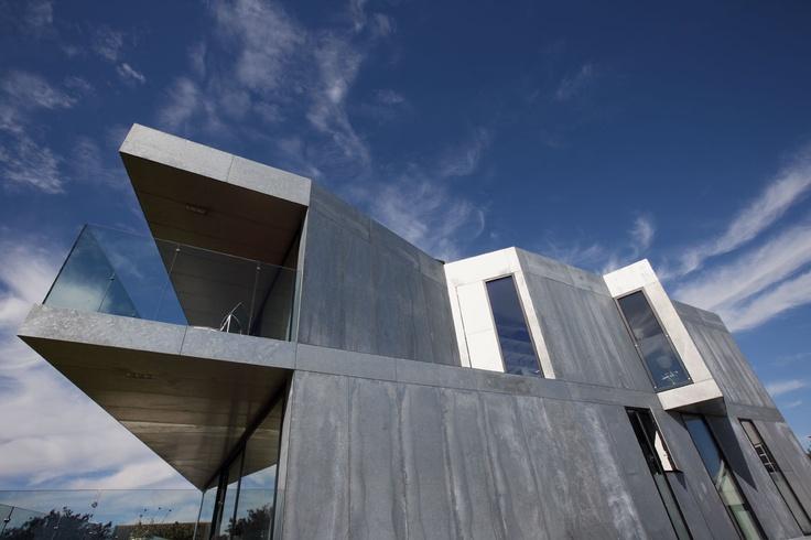 Huset er støbt i beton  på stedet og beklædt med galvaniserede stålplader,