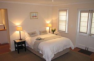 A WHITE COTTAGE B&B, Rondebosch accommodation in Cape Town - A White Cottage Bed & Breakfast is situated in the quiet, leafy suburb of Rondebosch in Cape Town. The cottage sleeps two adults and two children and is equipped with every convenience.