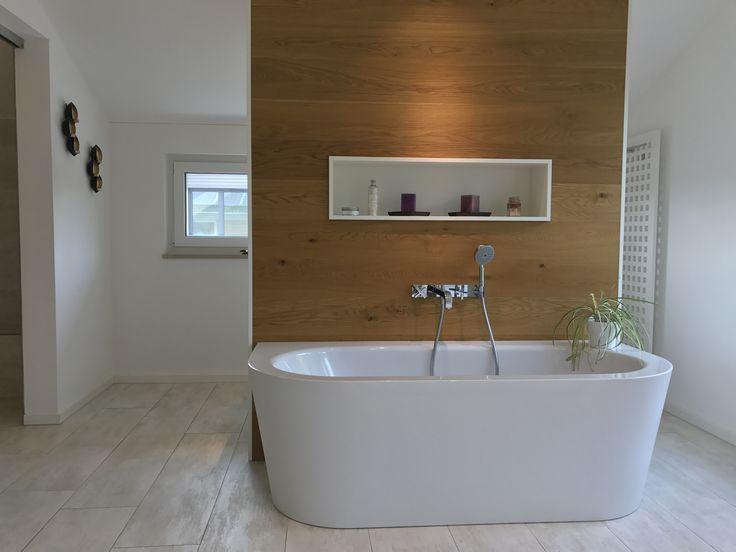 Nice Bad Detail mit Nischen und beleuchteten Spiegel Nischen mit Glasfliesen ausgekleidet