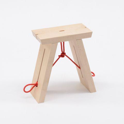 Liaison crée par la tension de la corde qui évite aux pieds de s'écarter sous la pression de l'assise.