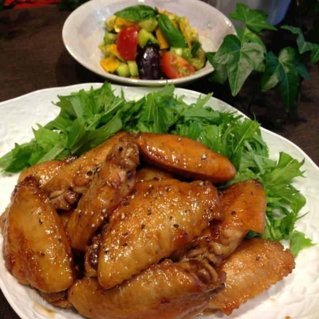 くららちゃんの鶏肉のマーマレード煮(手羽中で) 夏野菜のガーリックオイル和え        (茄子・ズッキーニ・トマト・き       ゅうり・アボカド)   夏野菜のオイル和えは、茄子とズッキーニは素揚げして、ガーリック、オリーブオイル、ビネガー、ハーブソルトで味を整えました。  手羽中のマーマレード煮は、甘辛くタレが絡んで、お肉は柔やわで美味しかったよ〜  くららちゃん、ありがとうです。 - 156件のもぐもぐ - くららちゃんの、鶏肉のマーマレード煮☆ by みな