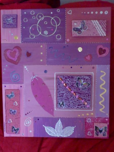 Tableau peint en acrylique dans les tons mauves et rose de 60cm sur 50cm. J'ai ensuite décoré avec des paillettes, des sequins, des plumes, des autocollant, de la frigolite, des papillons en relief et du papier.
