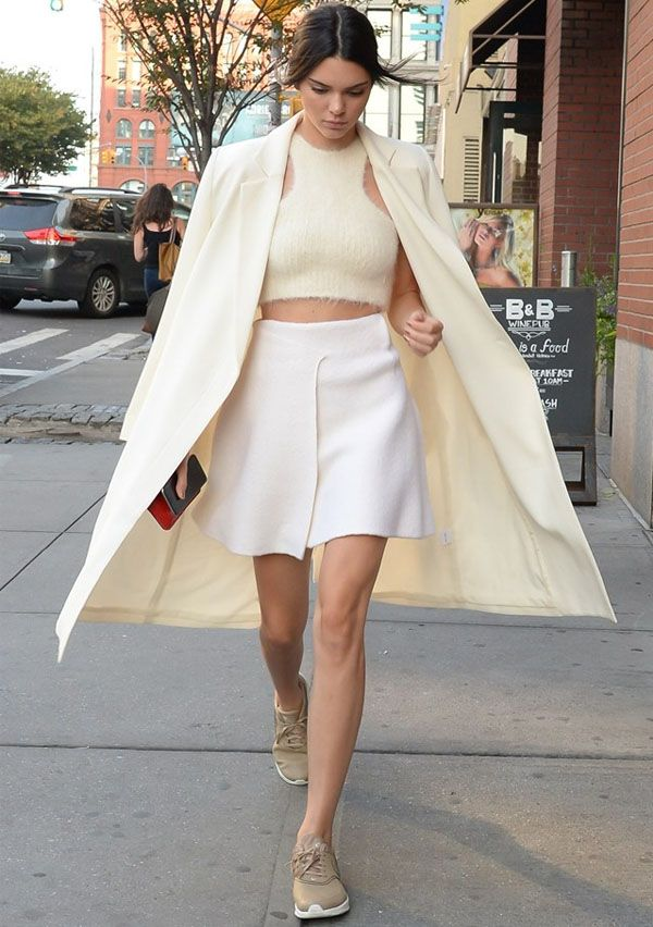 Look Kendall Jenner monocromático de off white.