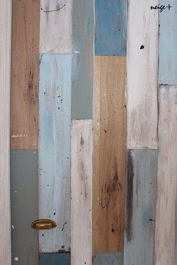 廊下をDIYセルフリノベーションしているときに思いついた方法です 壁紙屋さんで見つけた素敵なスクラップウッド風な壁紙をみて、高くて手が出なかったので自分でなにかできないかと、自宅にあったベニアを見ていて思いつきました ベニア板1枚分で扉1枚分。折れ扉なのでちょっと工夫がいるけど 普通の扉でもタッカーさえあればできちゃいます