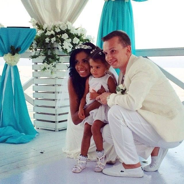 Gorgeous interracial couple and their daughter on their wedding day #interracialcouple #beautifulfamily find your #InterracialMatch here interracial-dating-sites.com