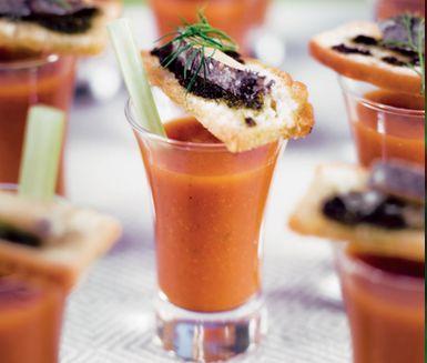 Överraska dina sommargäster med en kall grönsakssoppa! Angenäma smaker från potatis, lök, zucchini, tomat, morot, selleri och örter mixas med kryddor och lite honung. Servera med en bit bröd.