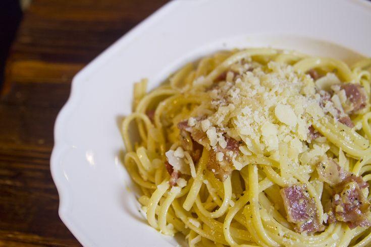 La pasta carbonara es tradicional de la cocina italiana, con deliciosos sabores como tocino y queso parmesano, ideal para una comida rápida y fácil de preparar. Cambia de rutina con esta deliciosa pasta.