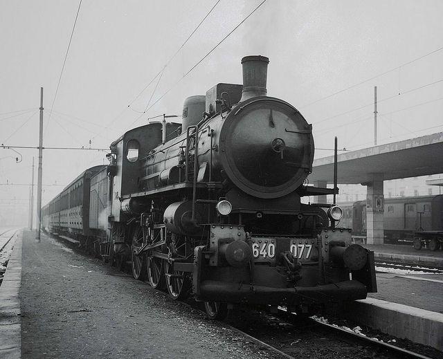 Una locomotiva del gruppo 640, locomotive delle Ferrovie dello Stato in esercizio dal 1907,  a vapore con tender, per treni viaggiatori a 3 assi motori accoppiati e asse portante anteriore.