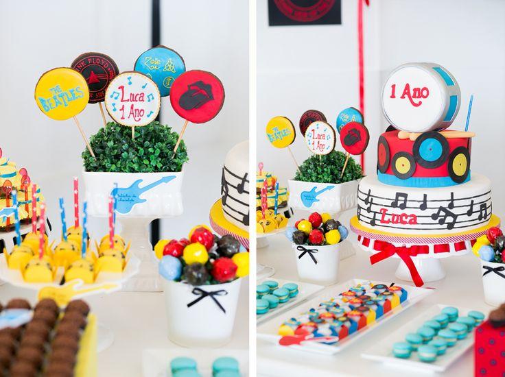 A festa do Luca foi o evento que encerrou 2013. Os papais roqueiros moram na Espanha e vieram para Santa Cruz do Sul especialmente para comemorar o primeiro ano do Luca com a família. A decoração linda ficou por conta da Festa com Gostoe os doces Isa Herzog Cake Designer! A fotógrafa que ama Beatles…