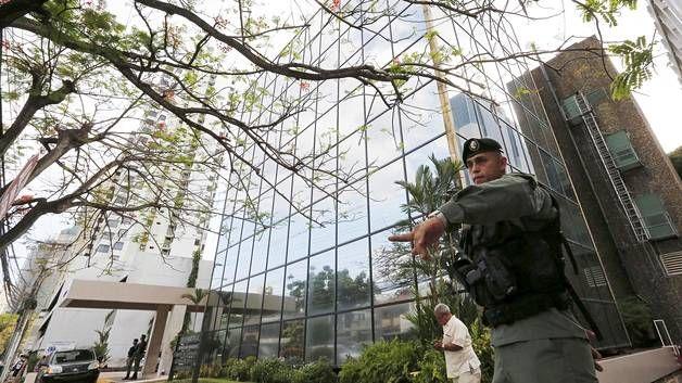 Poliisi vahti viime huhtikuussa rakennusta, jossa Mossack Fonsecan toimisto sijaitsee.