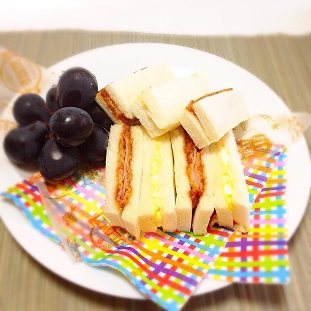 念願のサンドイッチと岡山産ピオーネの朝。 ハムカツサンドの方ばかり食べる奴がいる! - 132件のもぐもぐ - 千尋さんの幸せサンドでモーニング by 美也子