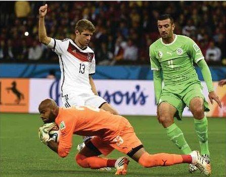 Le portier Algérien Rais M'Bolhi,élu homme du match Algerie-Allemagne par la FIFA.