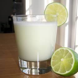 Braziliaanse limonade: In dit exotische recept voor koolzuurvrije limonade worden limoenen gebruikt. Niet van tevoren bereiden, de limonade is het lekkerst als hij direct geserveerd wordt.